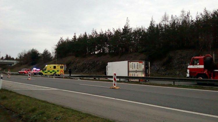 Vážná dopravní nehoda chladícího kamionu na D4
