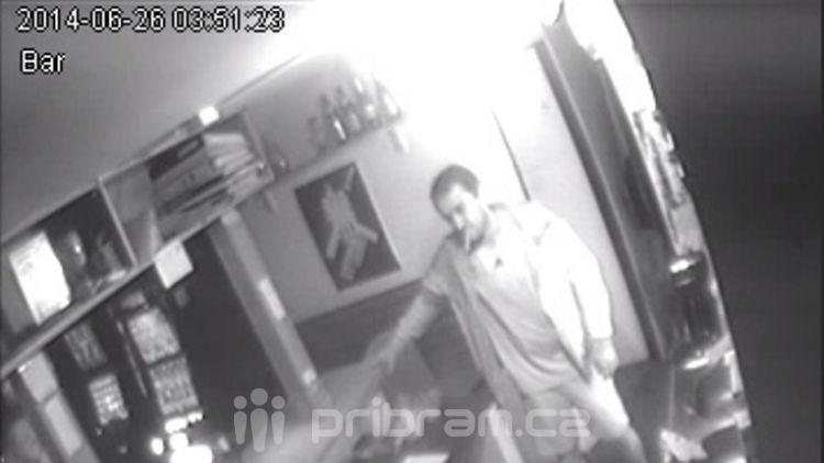 Kriminalisté pátrají po lupiči z pražského baru, možná je ze středních Čech
