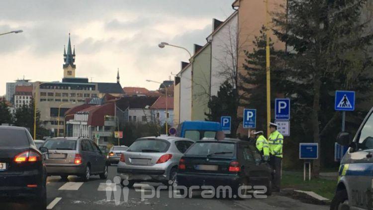 Nehoda v Milínské komplikuje ranní provoz ve městě