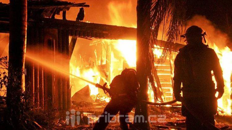 Při požáru rodinného domu v Příbrami se zranili dva hasiči