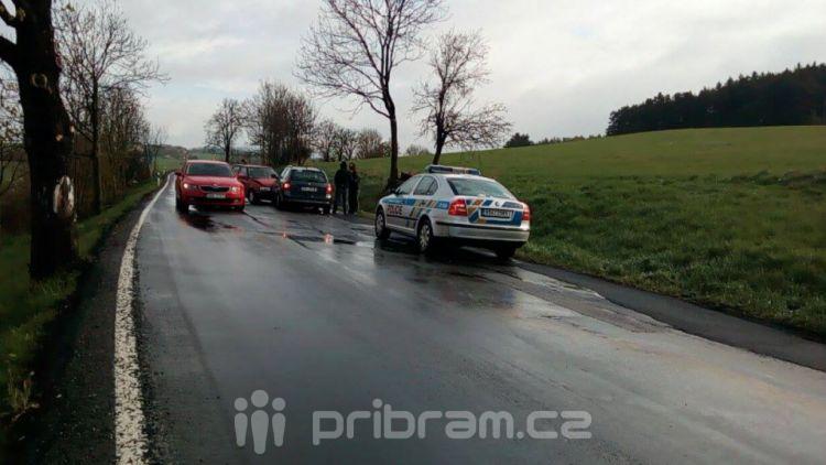 Nehoda tří vozů uzavřela silnici na Hluboš