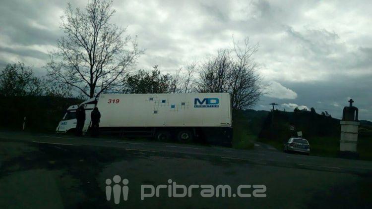 Kamion u Dublovic skončil v příkopu