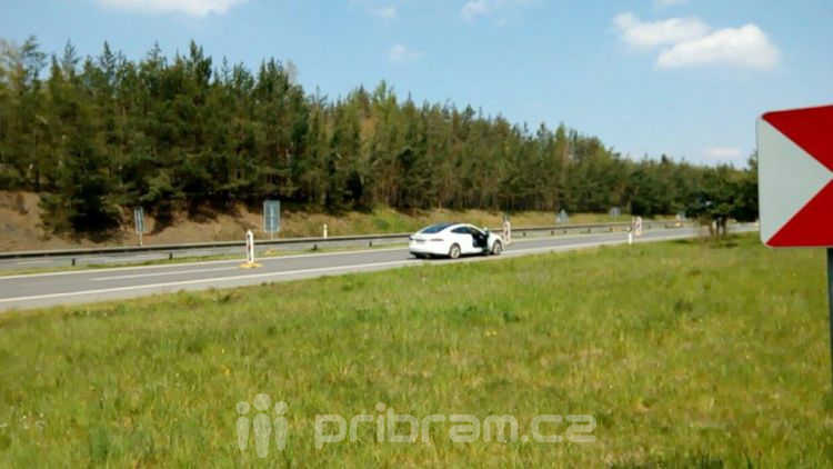 Maserati narazilo do dopravního značení