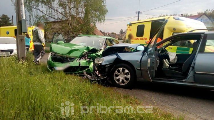 Vážná nehoda v Podlesí, řidič peugeotu přejel do protisměru