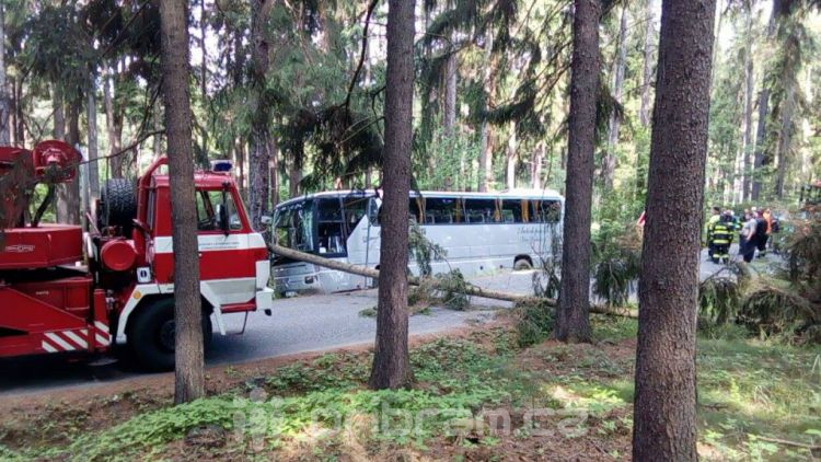 Děti z Pičína jely na Novák, s autobusem se utrhla krajnice