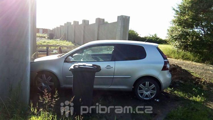 Odbočovala k domu, zezadu do ni narazil druhý vůz
