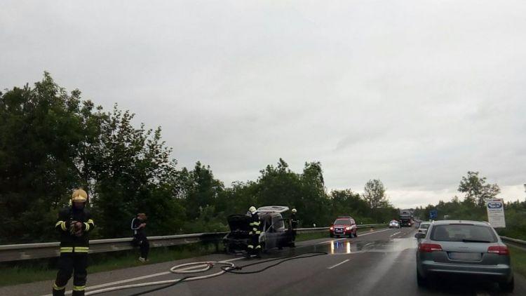 U Dubence hořelo auto, tvoří se kolony