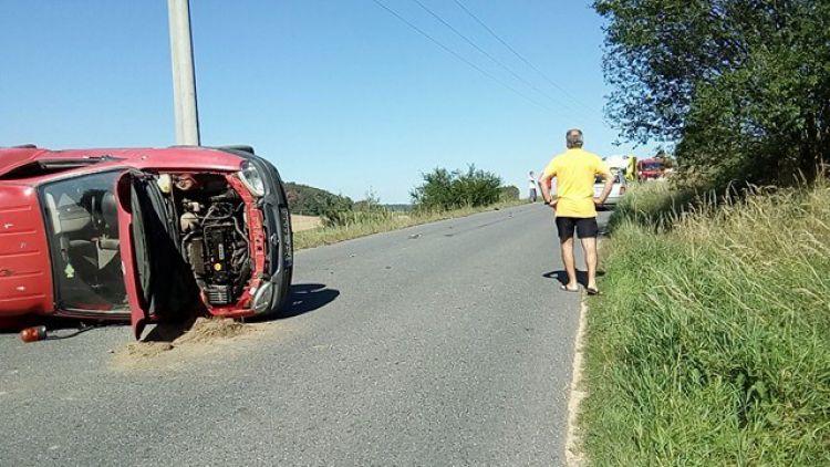 Auto po nehodě skončilo na boku, silnice je uzavřena