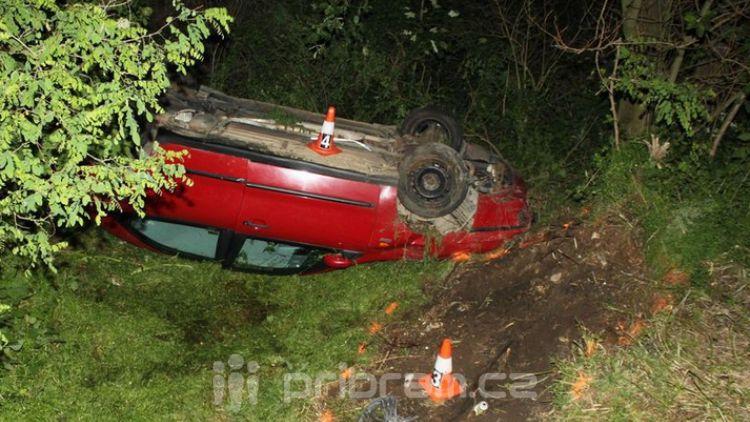 Řidič usnul, s autem zůstal převrácený na boku