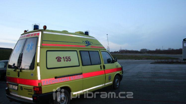 Osobní vůz srazil chodkyni u kruhového objezdu, utrpěla těžké zranění