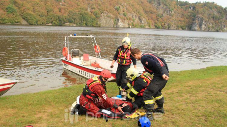 Hasiči zachraňovali tonoucí posádku z převrácené lodi, naštěstí jen cvičně