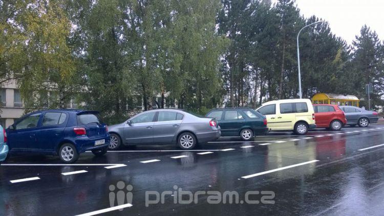 Ve Školní ulici budou některá místa jen pro krátkodobé parkování