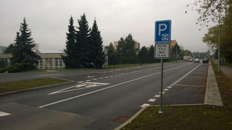 Parkování ve Školní? Ráno jenom na čtvrt hodiny