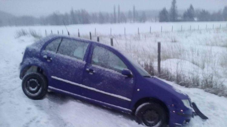 Silnice kloužou, řidička u Rožmitálu skončila v příkopu