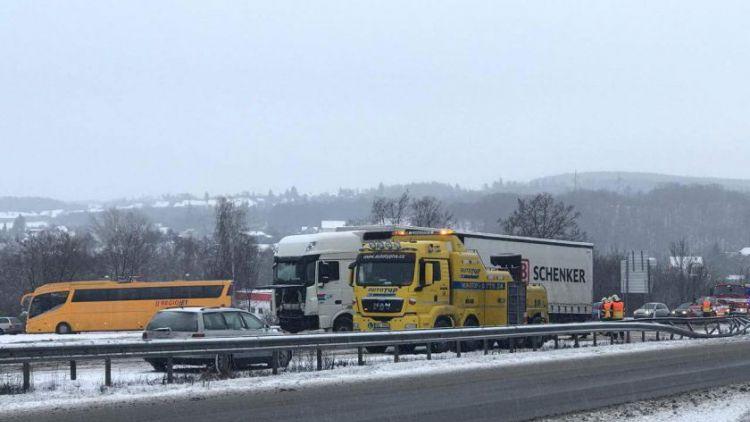 Dálnice D4 ve směru na Prahu stojí, u Mníšku havarovalo nákladní auto
