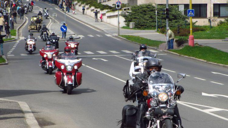 Motorkářskou sezónu zahájil tradiční přejezd nejkratší Route 66 na světě
