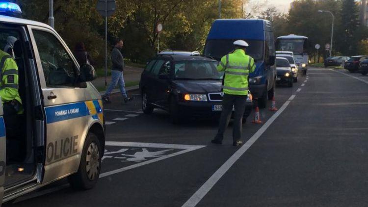 Nehoda komplikuje provoz ve Školní ulici