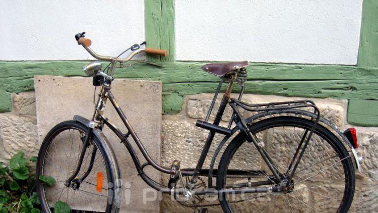 Muž srazil cyklistu, žena tři kamenné sloupy
