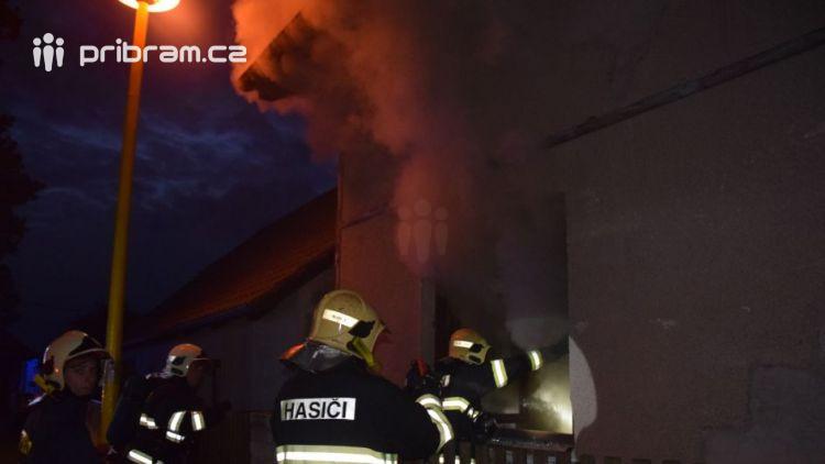 Neznámý pachatel zapálil rodinný dům v Příbrami