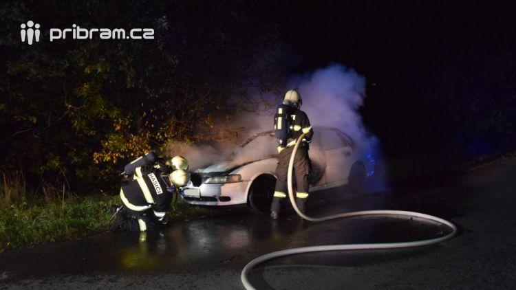 Auto odstavené u silnice na Dubně někdo úmyslně zapálil