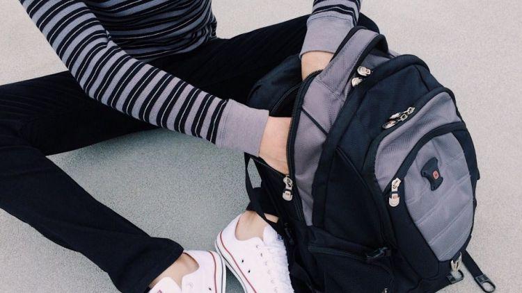 Děti často nosí moc těžké školní tašky