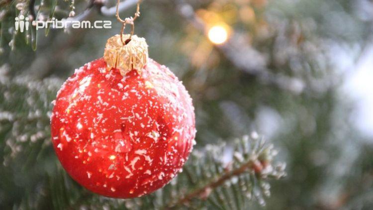 Vánoční strom, jako symbol zahájení adventu, se slavnostně rozsvítí vsobotu 2.prosince.