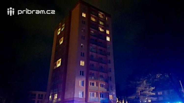 Hasiči právě zasahují u požáru v 11.patře panelového domu