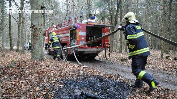 Hasiči zlikvidovali několik ohnisek požáru v lese u obce Vacíkov