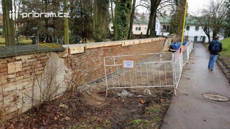 Zídka na březohorském hřbitově je konečně opravena