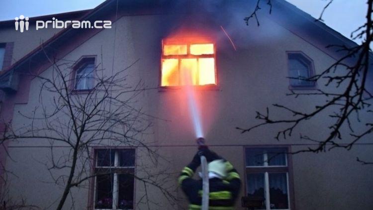 Hasiči zachránili ženu při požáru rodinného domu v Příbrami