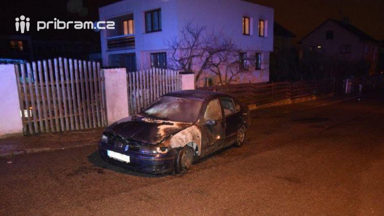Žhář zapálil auto, to bylo téměř zcela zničeno