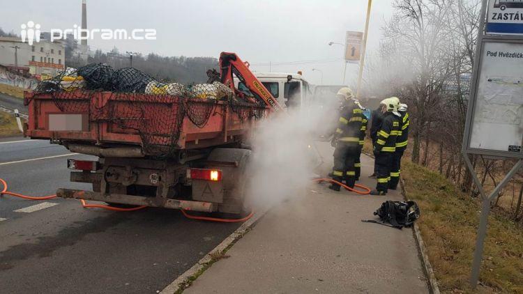 Hasiči vyjeli k hořícímu nákladnímu autu