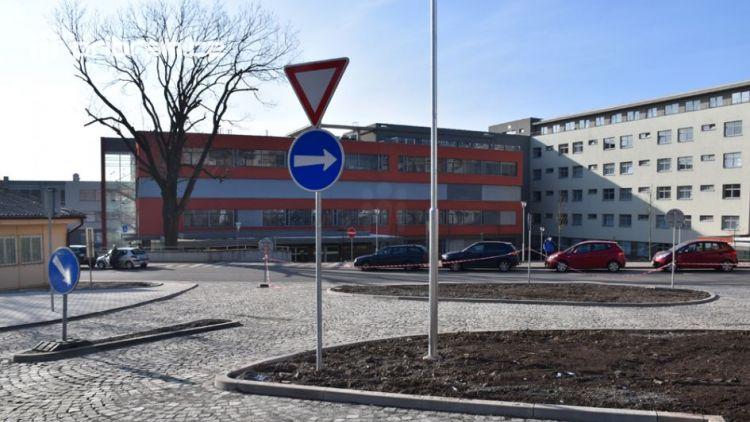 Nové parkoviště u nemocnice otevírá své brány
