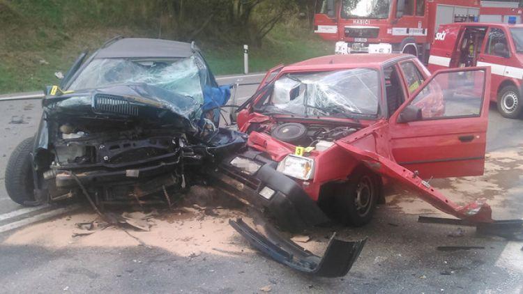 Při nehodě u Votic zemřeli dva lidé a další čtyři se zranili