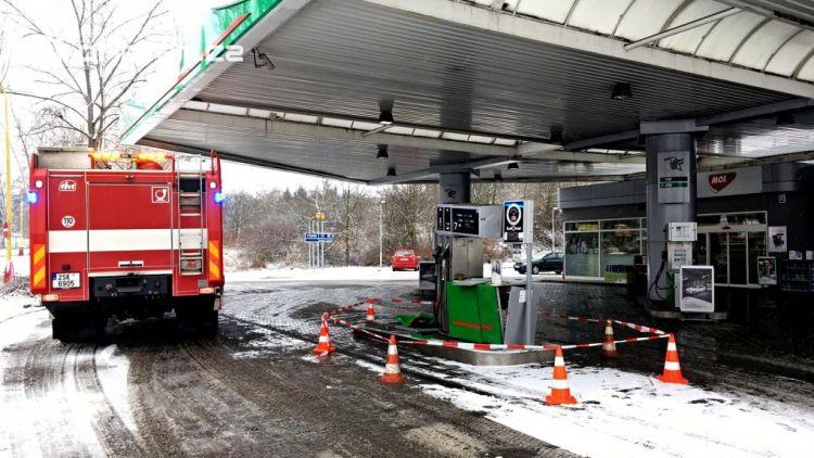Právě teď: Řidič couval a zdemoloval stojan na čerpací stanici