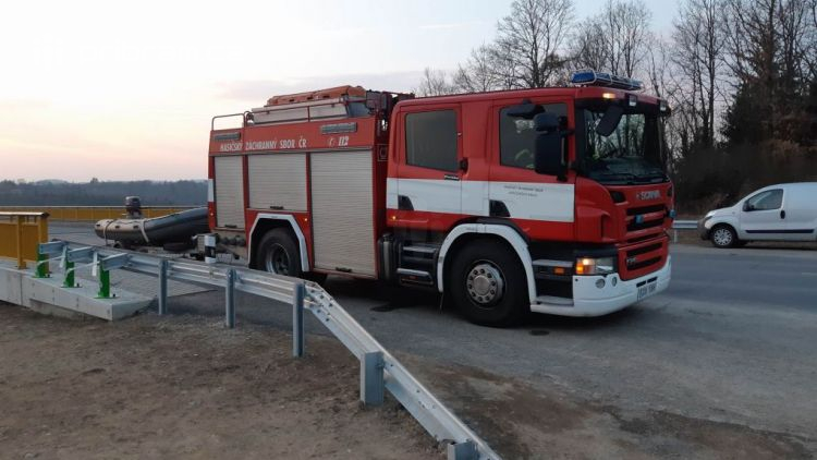 Došlo k tragické události: U Žďákovského mostu se propadl led, dvě osoby se zachránily, po třetí probíhá pátrání