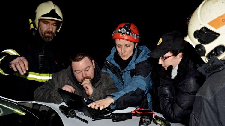 Skupiny kynologů pátraly chladnou nocí po dvou ztracených dívkách