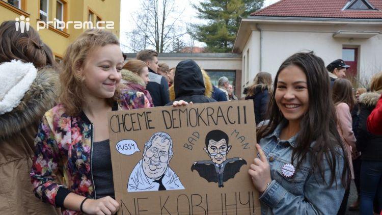 """Studenti příbramských škol se připojili ke stávce a """"Vyšli ven"""""""
