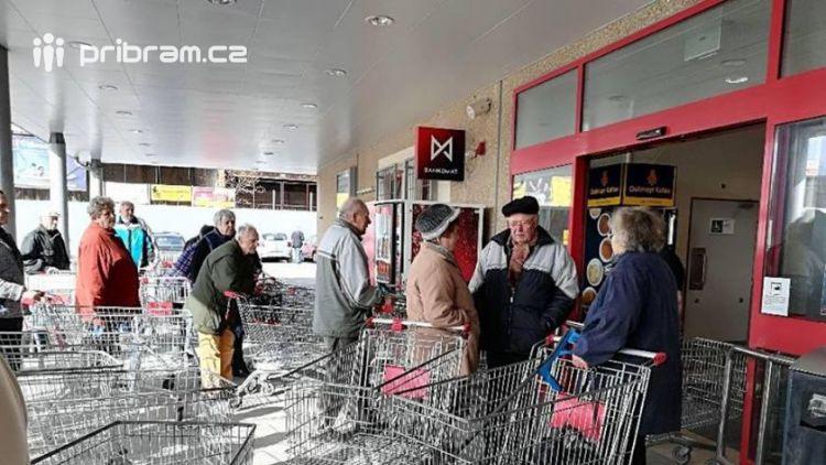Foto dne:  Hlásíme komplikovanou dopravní situaci před Kauflandem. Nákupní vozíky stojí v zácpě.