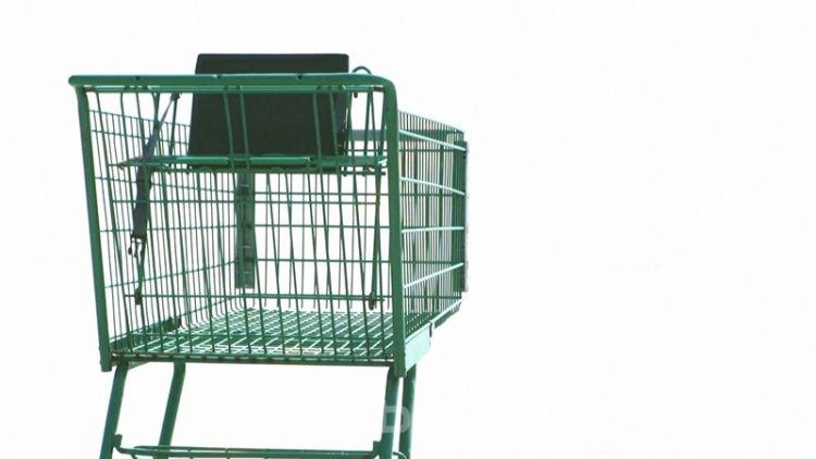 Tři muži jezdili v nákupním vozíku a poničili auta