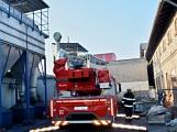 Několik hasičských jednotek likviduje požár v areálu Kovohutí