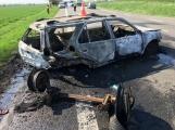 Aktuálně: Po střetu dvou vozidel bylo jedno odmrštěno do pole, druhé pohltily plameny