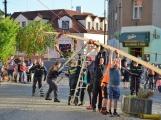 Po 15 letech stavěli březohorští hasiči májku bez pomoci jeřábu. Poté rozlícený dav ztrestal upálením na hranici dvě hříšnice