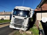 Hlavní tah  z Příbrami na Plzeň komplikuje nákladní automobil, který zde uvízl