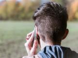 V prodejně si vybral telefon, k tomu i další náhradní, ani za jeden však při odchodu nezaplatil