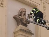 Roj včel se včera usadil přímo na budově školy, zasahovali hasiči