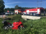 Právě teď: Vážná dopravní nehoda osobního vozu s motorkářem značně komplikuje dopravu na Strakonické