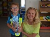 Odměnu za druhé místo ve výtvarné soutěži si odnesly děti ze Solenic