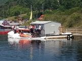 Právě teď: Potápěči na Orlíku loví potopenou loď záchranářů