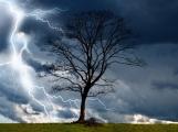 Výstraha meteorologů před bouřkami trvá